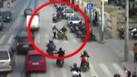 男子骑车带娃闯红灯 被拦竟追打协管