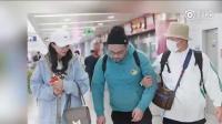 杜海涛沈梦辰机场热聊, 笑到变形, 搂男助理缓解尴尬