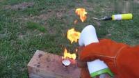 男子作死点燃熔化的白蜡, 喷点水上去会怎样?