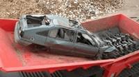 实拍: 汽车被推进搅碎机全过程, 瞬间变成一堆铁渣!