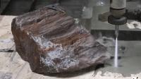 加压400兆帕的水有多可怕? 这20厘米厚的木化石下场可真够惨!