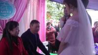 农村婚礼就是热闹, 儿媳妇给公公敬茶花样百出, 城里人没见过吧?