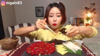 韩国萌妹子吃货, 用生鸡蛋拌生牛肉吃, 大口大口的吃, 嚼劲十足!