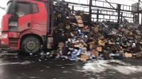 鄂黄长江大桥货车起火燃烧  车上满载蚊香杀虫剂