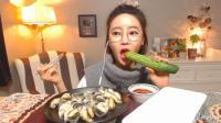 韩国萌妹子吃货, 吃超大的海螺肉, 一根黄瓜, 蘸上辣椒酱, 吃爽了