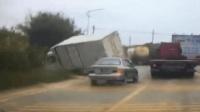 小车弯道逆行超车 对向货车为避让当场侧翻