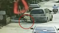 险! 孩子下车车头绕行 惨遭粗心司机碾压