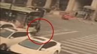 监拍妇女过斑马线 惨遭公交卷入车底碾压身亡