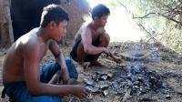 父子两丛林生存, 下水摸河蚌烤着吃, 美味可口