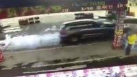 女司机加油站挪车 致多车和加油枪受损