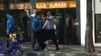 两保安伸缩棍追打外卖小哥 附近送餐员集体讨说法