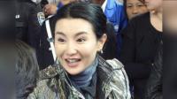 网友香港偶遇张曼玉, 戴着老花镜签名依旧迷人