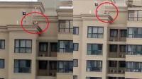 惊险! 数名幼童攀爬28层楼边缘耍闹无人管