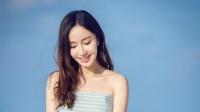 八卦: 娄艺潇海边漫步写真 甜美微笑惹人爱