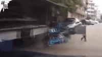 小孩突然冲上马路被撞飞数圈