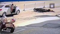 女子路边开车门 5旬大爷猛撞后抢救无效身亡