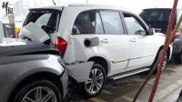 女司机替丈夫挪车 致多车和加油枪受损