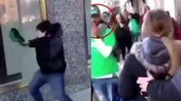 情侣吵架男子当街头撞橱窗 却被反弹倒地