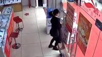 妹子走路玩手机 一不小心撞上玻璃门