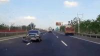 事故警世钟: 小车在大车盲区变道, 被顶失控后撞上护栏车尾全烂了309期