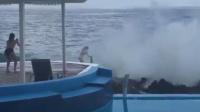 比基尼女子海边拍照 瞬间被巨浪卷走