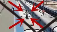 国外作死男子在火车上跳舞, 监控拍下悲剧一幕!