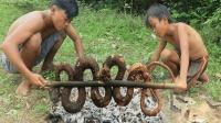 兄弟俩野外抓蛇, 抓到后直接在旁边烤着吃!