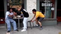抽走路人的椅子恶作剧, 两人因此大打出手, 把警察招来了