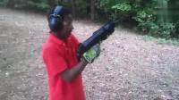 外国熊孩子作死挑战UZI冲-锋-枪, 枪口都控制不稳, 看着就害怕!