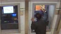 男子向ATM手扣不出钱 怒砸4台柜机