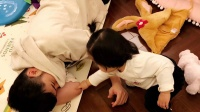 八卦:陈赫调侃女儿是自己服务员 为爸爸按摩脚底超乖巧