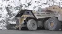 重型卡车陷坑, 装载机挖掘机这样救援 这技术真不错