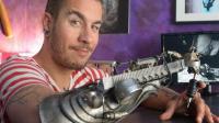 男子将右臂改造成炫酷机械纹身笔, 你敢找他纹身吗?