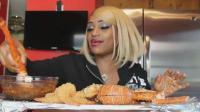 黑人大妈吃帝王蟹, 蟹腿一拉全是肉, 过瘾!