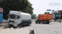 洒水车撞垃圾车失控 路人被碾压身亡