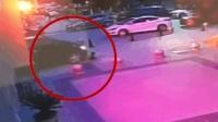 2秒!熊孩子玩滑板险遭碾压 好心人冲刺拦车