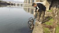 小伙自制打捞神器, 没想到在河里打捞出一辆共享单车