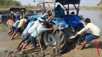 印度拖拉机陷阱稀泥, 十几人合力推, 网友: 后面这人开挂般的存在