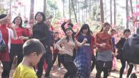 连州市大路边镇黎水楼村游客和村民一起舞蹈
