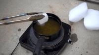 零下78度的干冰, 放入沸腾的油锅中会怎样? 真是出乎我的意料