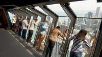 世界最惊险的观景台, 窗户自动向外倾倒, 有种跳楼的感觉