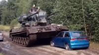 轿车挡道, 直接被坦克碾压而过