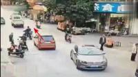 小伙街上疯狂飙车, 自己撞死还连累别人, 简直太可耻了!