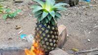 菠萝挖空用来煮鱿鱼, 看起来不错
