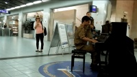当士兵弹起了钢琴, 这形象完全被颠覆了