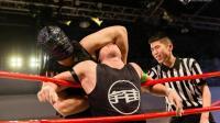 邪恶黑龙来袭, 前WWE选手何颢麟惨被锁晕!