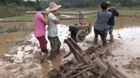 春耕打田拖拉机坏了, 这么重的机头四个人扛还吃力, 农民真不容易