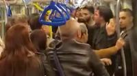 3名印度人地铁上不骚扰女孩, 白发大爷看不过眼将其制服