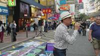 流浪歌手在街头演唱了一首《偏偏喜欢你》音乐一响无数人青春记忆