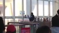 男子火车站内猛踹玻璃门 成功后鞠躬示意